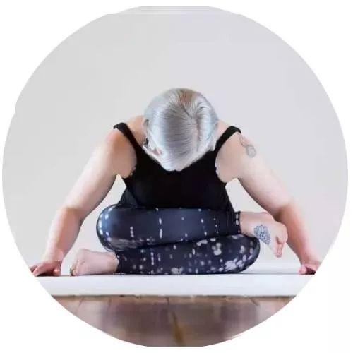 【瑜伽体式】这样趴10分钟,内分泌正常了,皮肤...