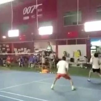 杀球一定要侧身,看民间羽球大神连续杀球时刻