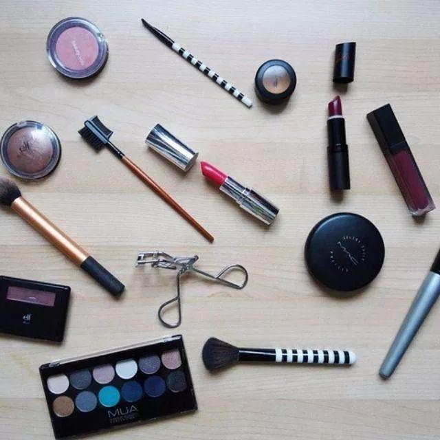 化妆品都快堆成山了,怎么收拾桌子才能整洁又清爽?
