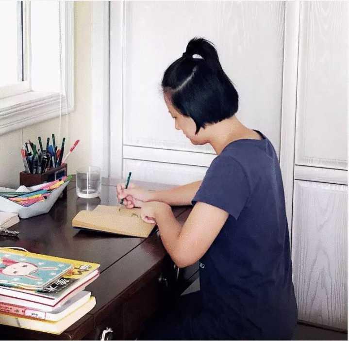 章老师画画时的样子.webp