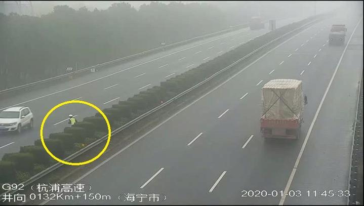 图片4民警横穿高速.jpg