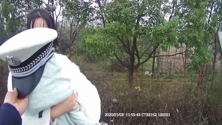 图片6民警用警帽替婴儿遮风雨.jpg