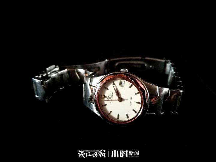 结婚时买的上海牌手表,已经有45年了,当时是120元钱买的,最近我给它上了发条,可惜指针不会动了。.jpg
