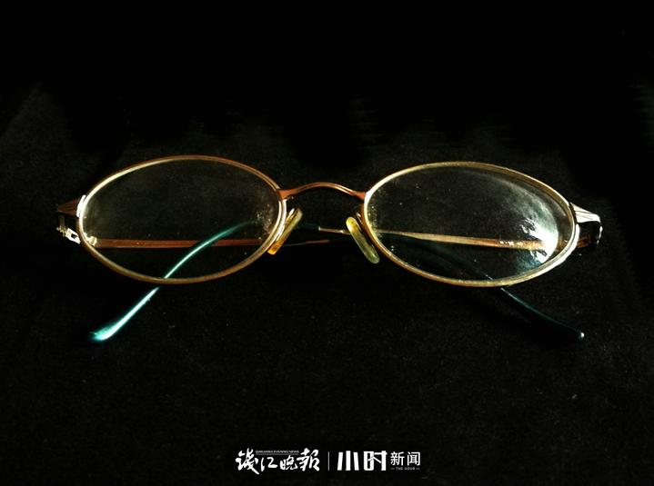 20多年前的近视眼镜,现在因为有老化,所以就嫌度数太深了,而且一条眼镜腿也有点坏了。.jpg