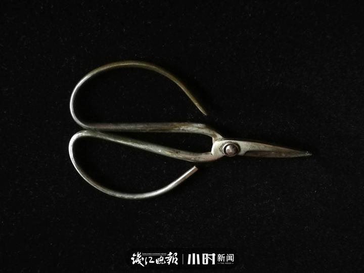 张小泉剪刀,40年前的,这把剪刀很好用,买来到现在没磨过。我们家什么都用它剪,也不会坏。.jpg