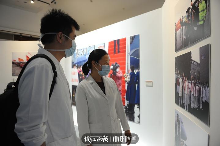 医护人员在现场参观展览  本报记者 俞跃 摄.JPG
