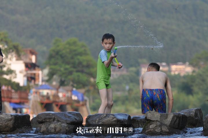 玩水男孩    自由落体 摄.jpg