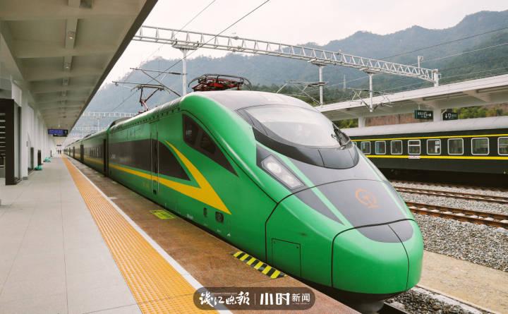 """1月22日,庆元火车站,""""绿巨人""""整装待发。.jpg"""