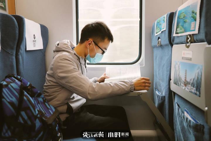 7.吴毅,21岁,浙江庆元县人,就读于衢州职业技术学院会计专业,毕业后想找个对口的工作,小时候的梦想是想当名老师。原先回家要先从衢州坐火车到丽水,然后再搭乘顺风车,每次回家需要112元,现在火车通到家门口,只要56元,节约了一半的成本。.jpg