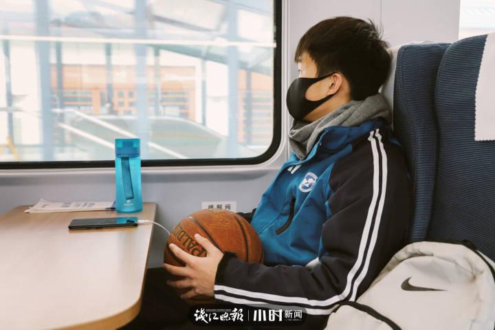9.王林,16岁,浙江松阳县人,高二学生,喜欢篮球,喜欢球星库里,梦想是能见到偶像库里。.jpg