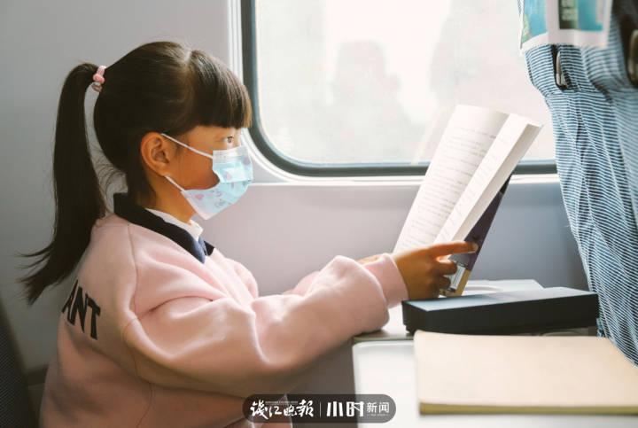 1月22日,庆元开往杭州的D5492次列车上。看书的小旅客.jpg