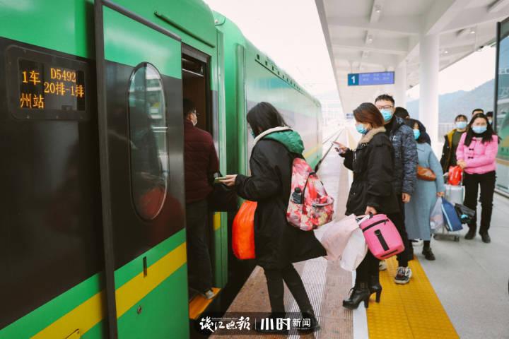 1月22日,庆元火车站,有序乘车的旅客。.jpg