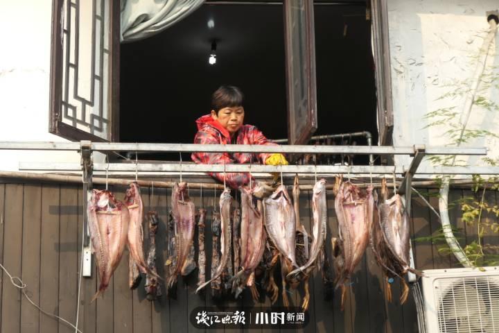 """11、杭州大马弄,新年的""""年味""""已经挂在了老宅的阳台上。红叶 摄.jpg"""