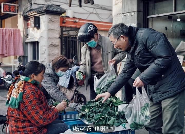 6、在杭州,离年味最近的地方是从大马弄走到察院前菜市场,要了解本地人的餐桌,可以从这里开始。姚旭颖 摄.jpg