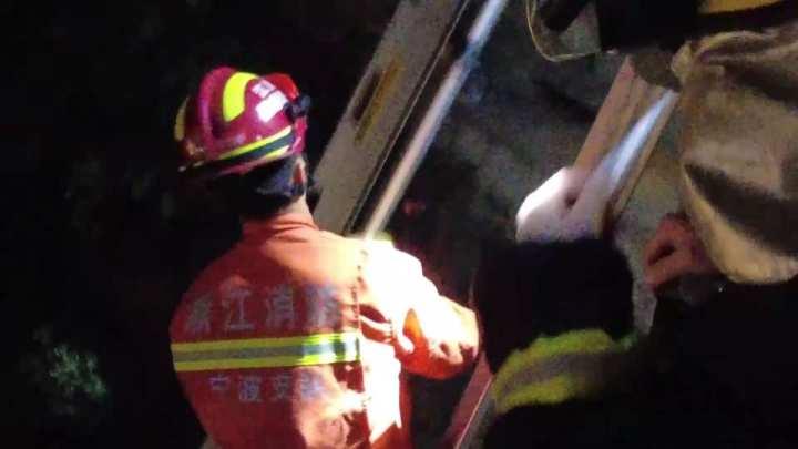 消防人员架设梯子运送救助物品.jpg
