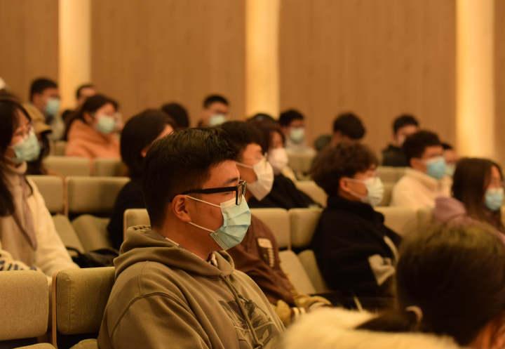 浙江农林大学学生观看电影《有家》