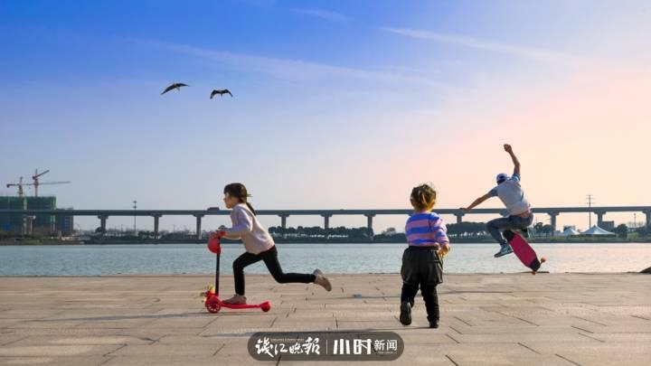 活力之城:嘉兴姚家荡公园的亲水平台上, 每天都有大人小孩在玩乐,充满活力和欢乐。 153。。。。3240.jpg