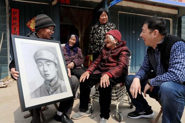 """2、91岁的丁学兰当年送烈士陈西永参军,她看到画像后连称""""太像了,太像了!"""".jpg"""