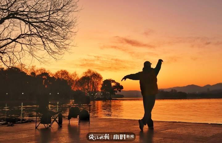 厉逸民:湖边晨练.jpg