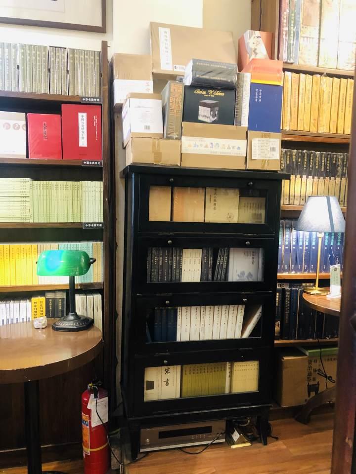 晓风书屋里的旧书架.jpg