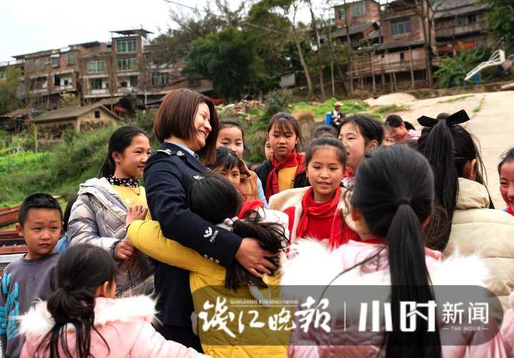丁丽美和在渡口焦急等待她的孩子们拥抱在一起。.jpg