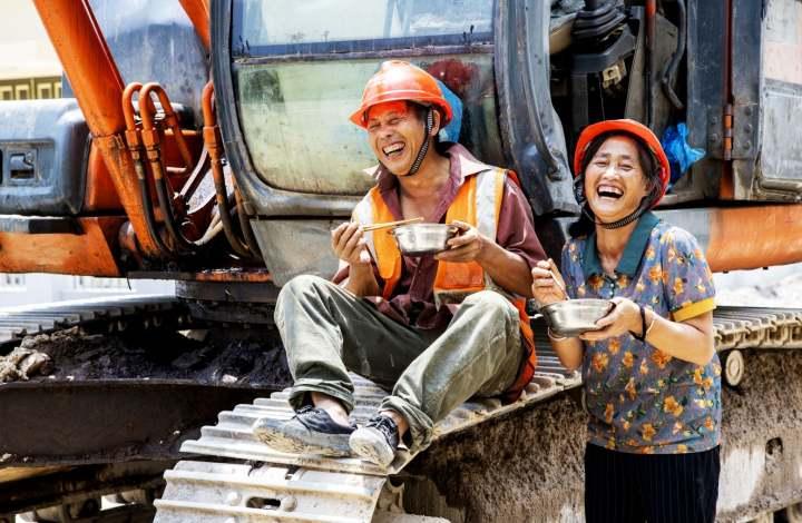 《快乐夫妻》 这对夫妻来自云南曲靖农村,家里有三个孩子,最小的也19岁了,都已长大成人了,夫妻俩没了后顾之忧,他们来到浙江省缙云县抽水蓄能电站建设工地打工,条件虽然艰苦,但收入还不错,也很快乐。.jpg