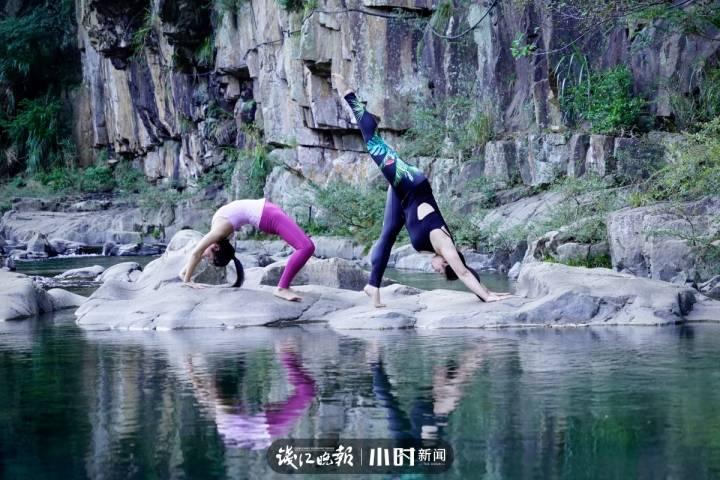 傍晚时分,桐庐慢生活区,石舍村的小溪旁,两位姑娘在做户外瑜伽。俞丰 摄.jpg