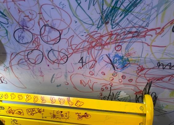 你家熊孩子爱在墙上画画?那么,恭喜你