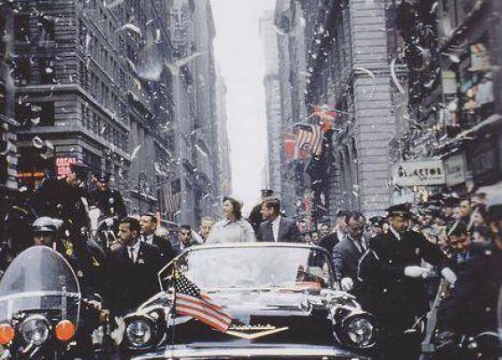 1960年,约翰·肯尼迪和妻子杰奎琳在纽约街头