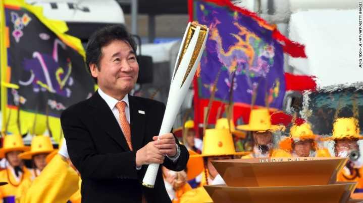 171101121252-south-korean-prime-minister-lee-nak-yon-lights-the-olympic-torch-incheon-bridge-pyeongchang-winter-games-exlarge-169.jpg