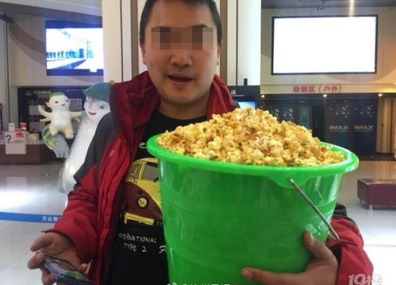 杭州这家电影院爆米花10元一桶随便装!结果有人...