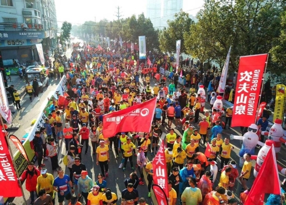 这周末浙江两场马拉松,15300人在跑,拿下冠...