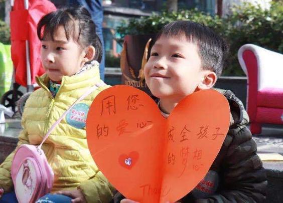 滨江彩虹城里,为何有小姑娘在小区广场叫卖