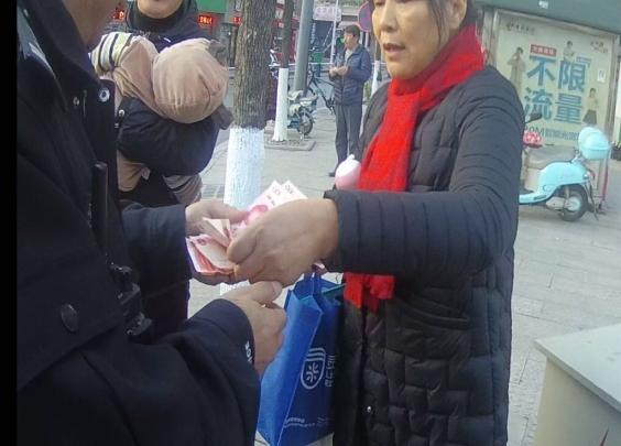 满街都飘着百元大钞!杭州情侣吵架后闹市撒钱
