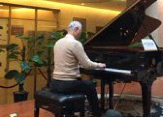 杭州一医院大厅今早出现白发钢琴王子,他是谁?
