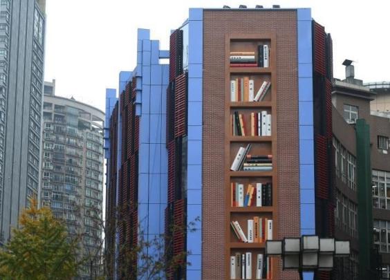 """重庆一建筑外墙建成巨型""""书架"""""""