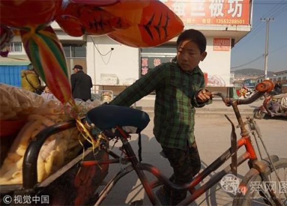 【时评】男孩街头卖爆米花,感动背后缺什么