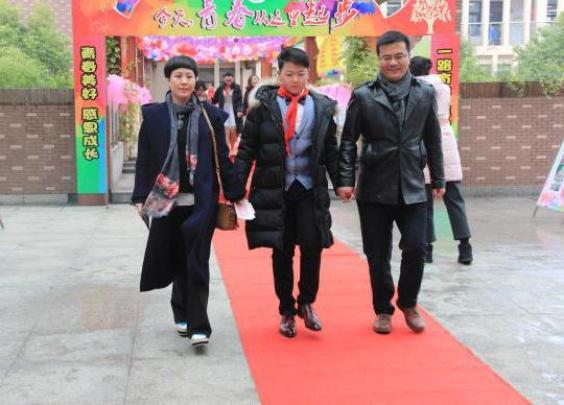 拉着父母的手走红毯,这样的青春节好玩有意义