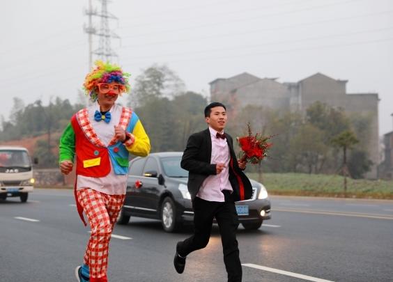 浦江小伙穿着西装,和101人一起跑步接新娘
