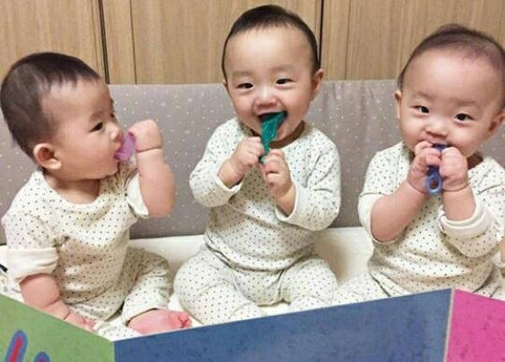 爷爷带三胞胎的方式要火了~