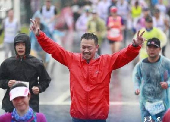 涉毒事件后爱上跑步,46岁王学兵在厦门完成人生...