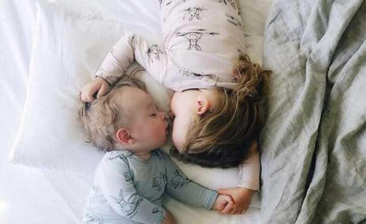 这对姐弟俩睡姿照火了,看完好想生二胎