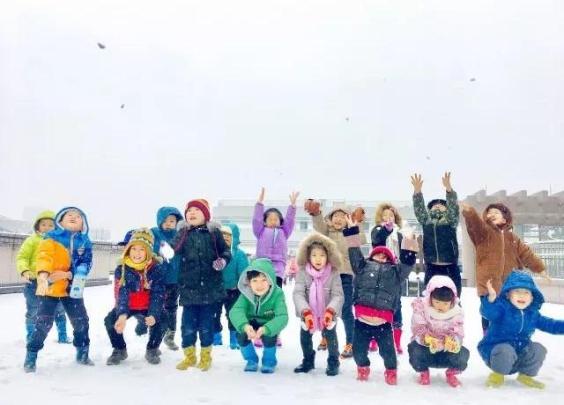 我们和孩子一起玩雪......