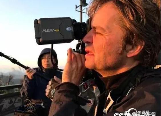 """《舌尖上的中国》(第三季)摄制组里的外籍摄影""""..."""