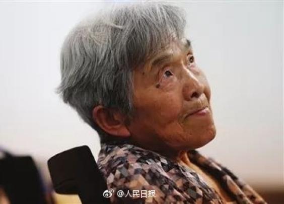 """81岁""""超级学霸""""本科毕业:会五门语言、PS和Excel"""