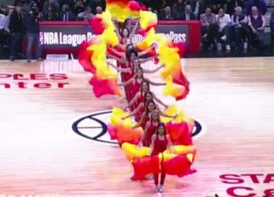 比赛暂停期间,拉拉队带来了优美的中国传统舞蹈—...