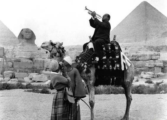 1961年,路易斯·阿姆斯壮骑在骆驼上