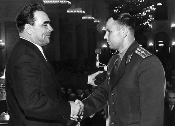 1961年,勃列日涅夫接见尤里·加加林