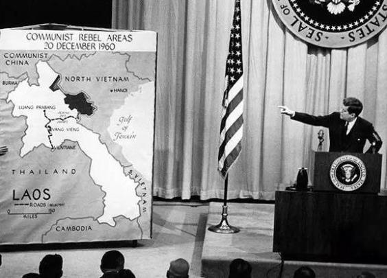 肯尼迪在会议上,指向老挝地图