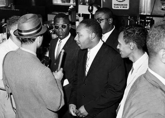 美国反种族歧视者站在公交售票台前